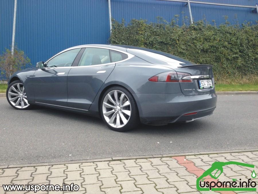 Tesla model S zezadu