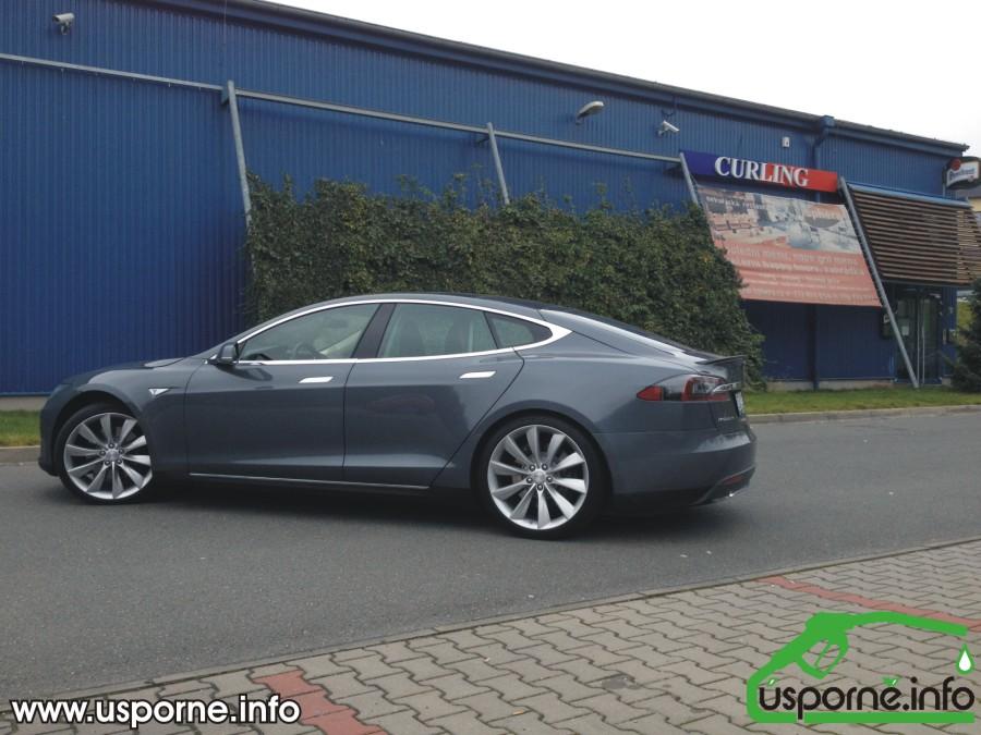 Tesla model S P85 z boku