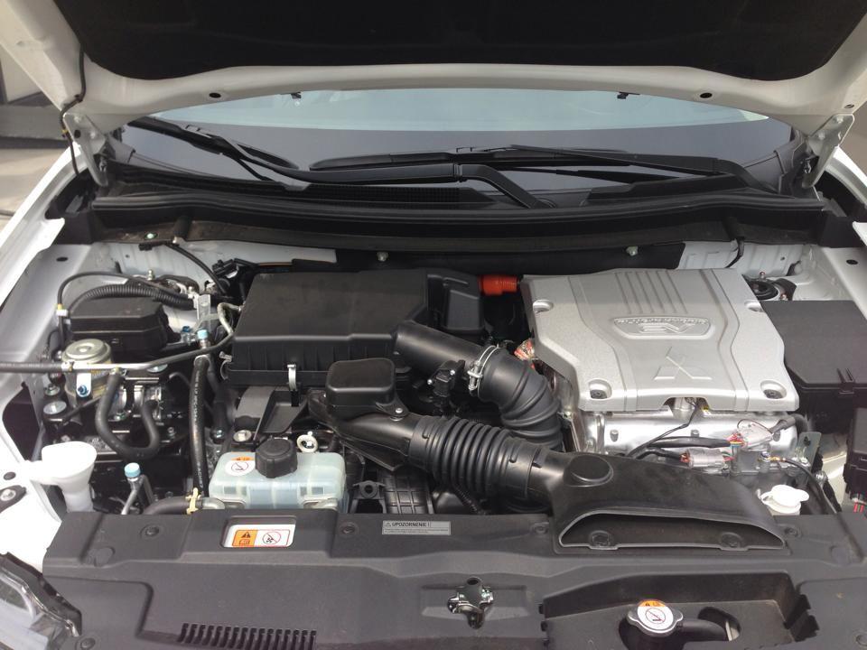 Vo svojich útrobách ukrýva Outlander PHEV dva elektromotory. Jeden na prednej a jeden na zadnej náprave. Pod kapotou je však ešte benzínový motor 1,8 MiVEC poháňajúci generátor elektrickej energie.