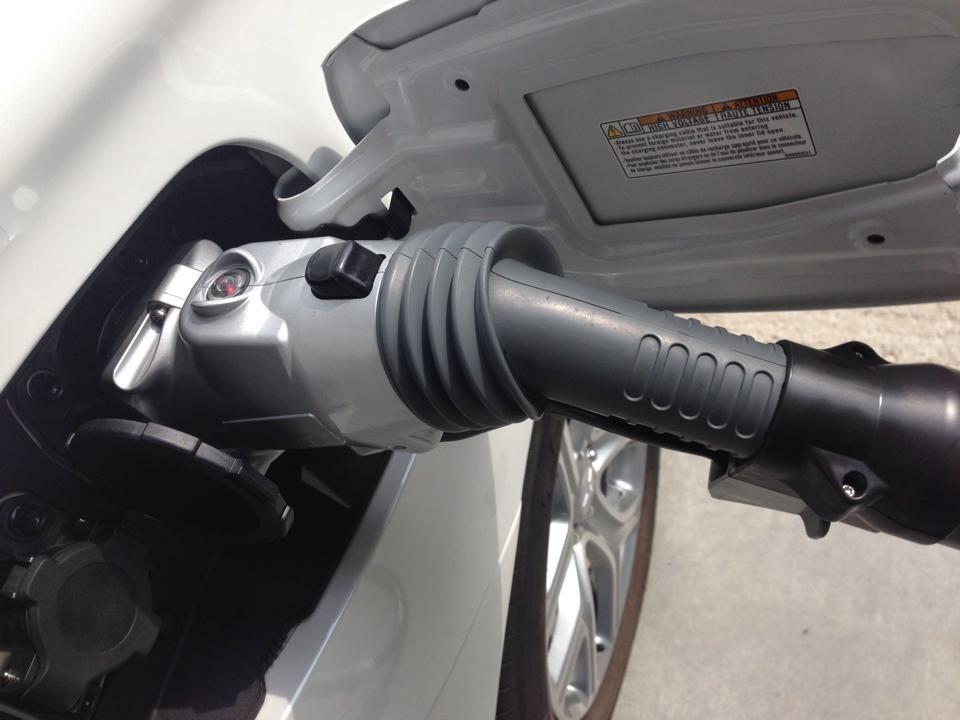 Konektory na nabíjanie sú schované pod vekom na pravej strane vozidla. Hrdlo nádrže je, naopak, vľavo.