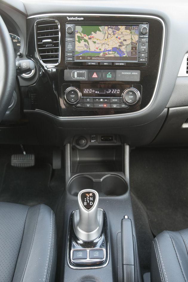 Radiacu páku nahradil joystick. Má podobné funkcie ako volič automatickej prevodovky. Lenže Outlander prevodovku nepotrebuje. Tlačidlá na stredovom tuneli slúžia na výber jazdných režimov.