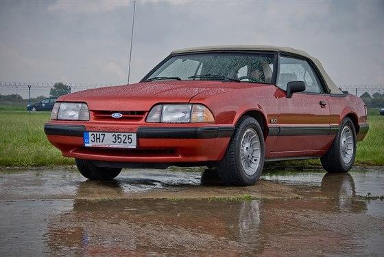 Sraz Fordů Mustang na pražském Letišti Václava Havla.