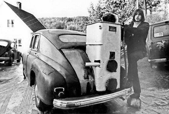 Norský řidič si svůj automobil během ropné krize vybavil generátorem na pevná...