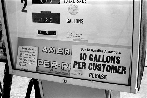 Stojan na benzince v americkém Denveru během ropné krize (1973)