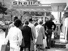 Lidé ve frontě u benzinky Shell ve Vídni (říjen 1973)