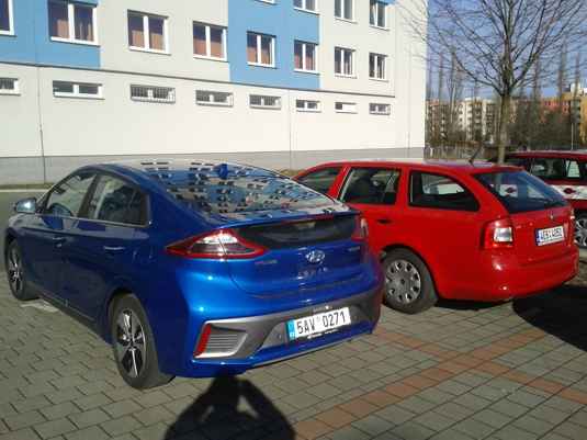 Hyundai Ioniq Electric vs. Škoda Octavia Combi zezadu