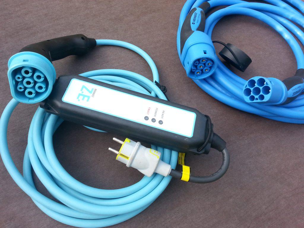 Tieto káble umožňujú nabíjanie v domácich zásuvkách, ako aj v štandardizovaných nabíjacích staniciach typu 2.
